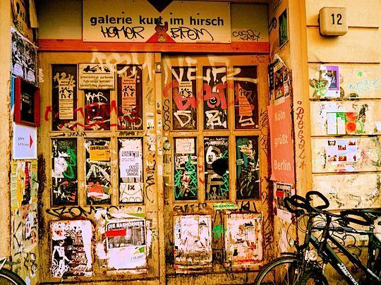 旅、EarthTribe、世界一周、ブログ、バックパッカー、トラベラー、画像、ドイツ、ベルリン、グラフィティ、ドア、タグ、落書き
